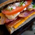 Бутерброд с беконом, помидорами и сыром