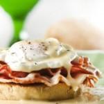Бутерброд с беконом и яйцом-пашот